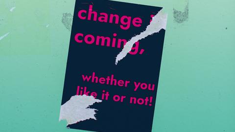 Hintergrund: Hellblaues Wasser, ein Wassertropfen fällt auf die Oberfläche. Vordergrund: Ein halb abgerissener schwarzer Sticker mit pinker Aufschrift. Zu lesen ist: Change is coming, whether you like it or not!