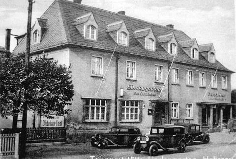 """Historische Aufnahme des Gebäudes """"Lindengarten"""" in schwarz-weiß"""