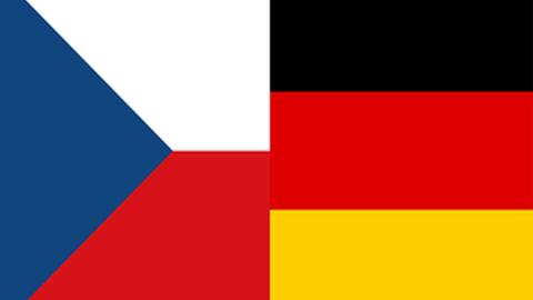 Auf der linken Seite befindet sich eine Hälfte der tschechischen Flagge, auf der rechten Hälfte die Deutsche, die zu einer gemeinsamen Flagge zusammengesetzt wurden.