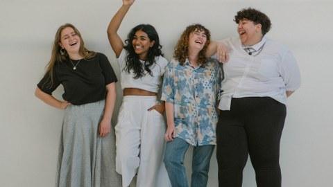 Das Bild zeigt vier lachende Personen.