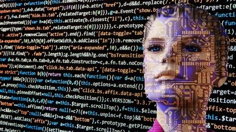 Der Kopf einer robotischen Frau wird von Programmiersprache überlagert