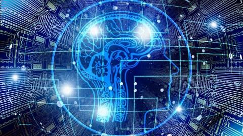 Eine Zeichnung des menschlichen Gehirns vor einem Mikrochip.