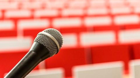 Mikrofon vor Sitzreihe