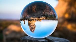 Zu sehen ist eine Glaskugel, die den Horizont spiegelt.