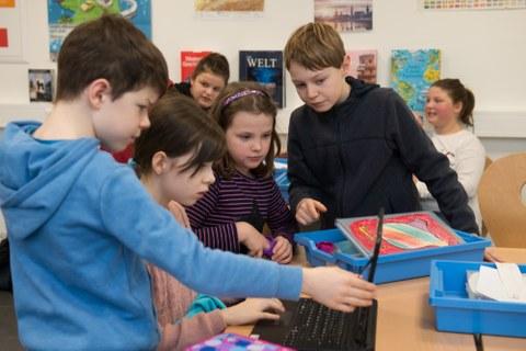 Kinder mit Laptop an der Universitätsschule Dresden