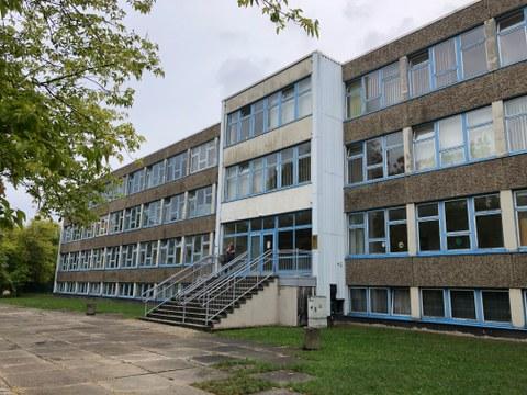 Es ist das Gebäude der Universitätsschule zu sehen