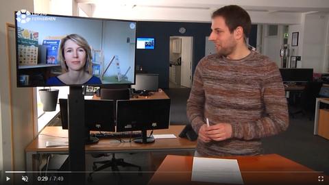 Moderator und Schulleiterin im Interview im Drehscheibe Spezial bei Sachsen Fernsehen