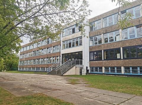 Fassade des Schulbaus der Universitätsschule Dresden auf der Cämmerswalder Straße, ein typischer Plattenbau aus den 80er Jahren