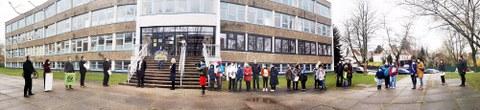 Panorama-Aufnahme vor dem Gebäude der Universitätsschule Dresden mit der Delegation für die Übergabe der Spenden und Unterschriftenlisten und Eltern mit ihren Kindern.