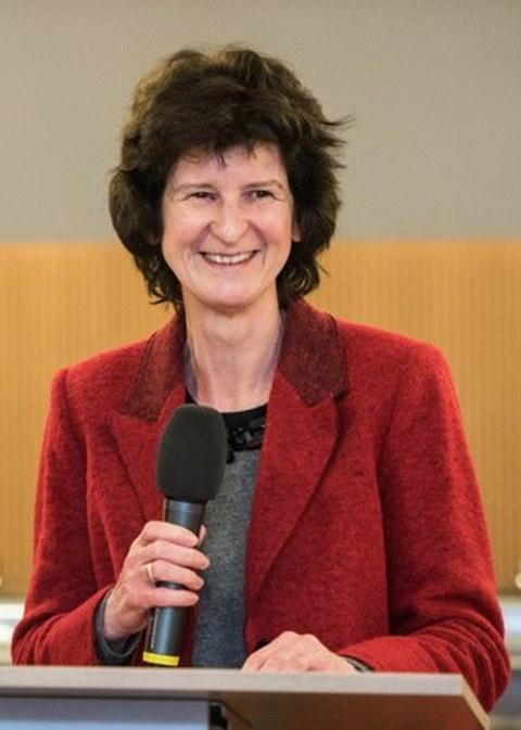 Die ehemalige sächsische Staatsministerin für Bildung Eva Maria Stange steht mit einem Mikro in der Hand an einem Podium.