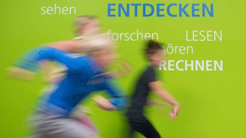 Schüler laufen am Rande einer Eröffnungsveranstaltung durch das Schulhaus der Universitätsschule (Langzeitbelichtung). Die öffentliche und kostenfreie Grund- und Oberschule ist ein gemeinsames Projekt der Landeshauptstadt Dresden und der TU Dresden.