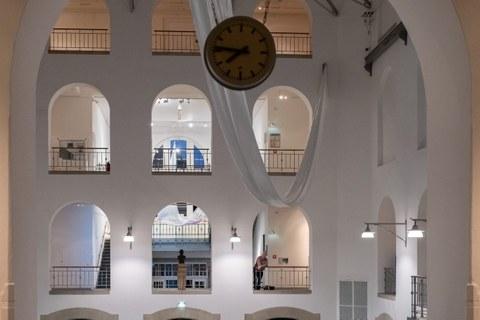 Ausstellungsansicht Leichter als Luft in der Altana Galerie der Kustodie, Blick in den Lichthof,2019.jpg