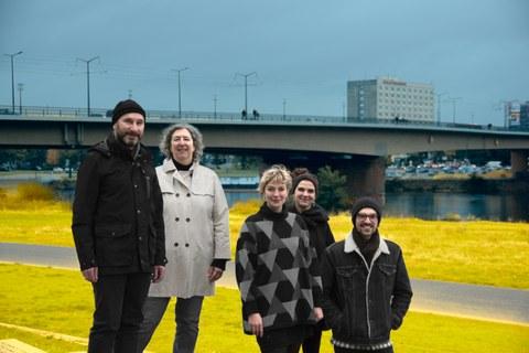 Foto der Mitarbeiter:innen von Projekt M, im Hintergrund die Elbe