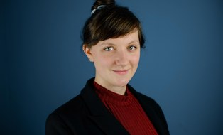 Profilfoto von Mirjam Gräbner, blauer Hintergrund