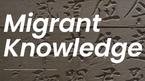 Logo des Web-Blogs Migrant Knowledge, weiße Schrift auf braunem Hintergrund mit asiatisch aussehenden Schriftzeichen