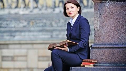 Marina Münkler mit einem Buch vor dem Fürstenzug, Promo-Bild