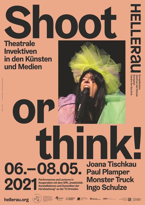 Plakat zur Veranstaltung, Lachsfarbener Hintergrund mit schwarzer Schrift, in der Mitte eine singende Frau am Mikrofon