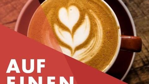 """Farbfoto eines Kaffeebechers, von oben fotografiert. Auf dem Kaffeeschaum ist ein Blat zu sehen. Links ist quer über die Ecke des Bildes """"Ein Kafee mit . . . """" geschrieben."""