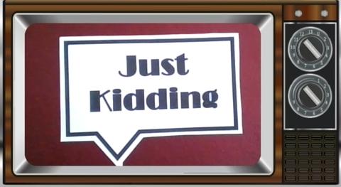 """Farbbild eines alten Fernsehers, in dem mittig eine große Sprechblase abgebildet ist. In dieser steht in großer fetter Schrift geschrieben """"Just Kidding"""""""