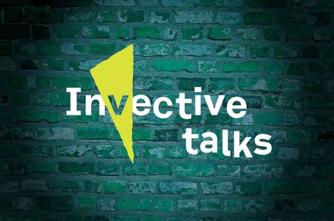 "Logo ""Invective Talks"" im Stil des SFB-Logos, im Spotlight vor grüner Backsteinwand"