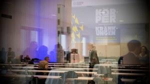Blick durch eine Scheibe in einen Konferenzsaal während einer Pause