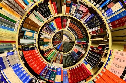 Foto eines kreisrunden Bücherregals mit Büchern