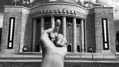 Foto des Mittelfingers von Ai Weiwei vor der Volksbühne Berlin, schwarzweiß