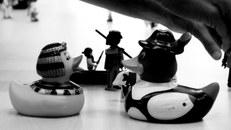 Spielzeugfiguren auf einem Tisch, schwarzweiß