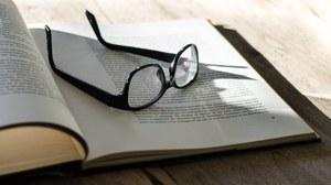 Brille auf offenen Buch