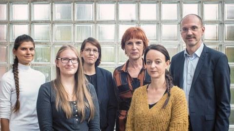 Vor einer gläsernen Kachelwand stehen v.l.n.r. Michaela Beck, Sabrina Spörl, Gesine Wegner, Prof. Angelika Köhler, Annett Knöspel und Prof. Carsten Junker