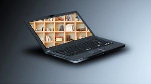 Ein Bücherregal ist auf dem Bildschirm eines Laptops zu sehen