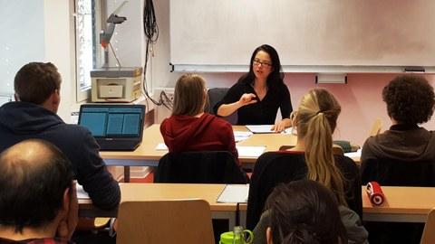 Hintenperspektive auf Studierende in einem Kurs von Frau Prof. Kanzler