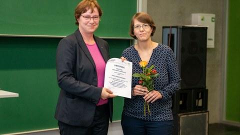 Gesine Wegner, M.A. erhält den Lehrpreis für inklusive Lehre von Frau Dr. Cornelia Hähne