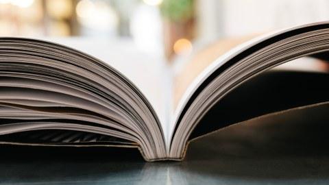 Bild eines aufgeschlagenen Buches