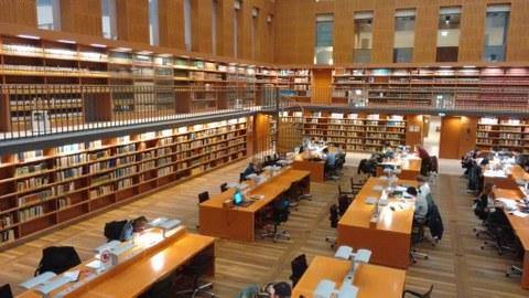 Großer Lesesaal der SLUB mit Blick auf die Bibliothek der Klassischen Philologie