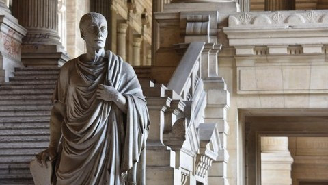 Eine Statue im belgischen Justizpalast in Brüssel stellt den antiken römischen Staatsmann Cicero dar.