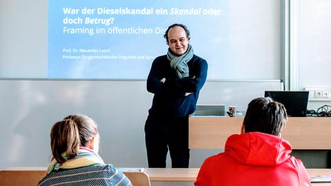 """A. Lasch vor seiner Präsentation mit dem Titel """"War der Dieselskandal ein Skandal oder doch Betrug?"""" anlässlich der Juniordoktor-Veranstaltung am 13.02.2020"""
