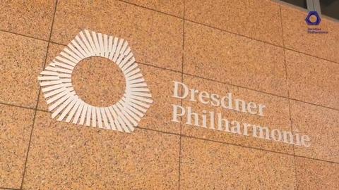 Foto der Fassade der Dresdner Philharmonie mit ihrem Logo.