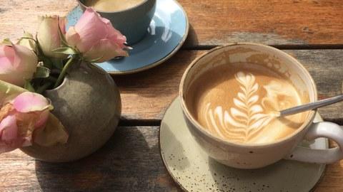 Zwei Cappuccino-Tassen auf einem Tisch