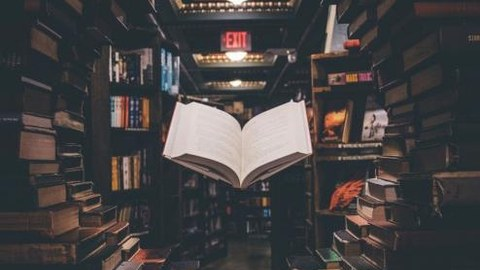 Eine Bücherwand bildet einen Tunnel, in dem ein aufgeschlagenes Buch schwebt.