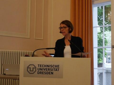 Das Foto zeigt Frau Prof. Dr. Roswitha Böhm am Rednerpult im Festsaal des Rektorats der TU Dresden anlässlich der Feierlichen Eröffnung des Centrums Frankreich   Frankophonie an der TU Dresden am 16. Mai 2019.