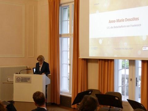 Das Foto zeigt I. E. die Botschafterin von Frankreich, Frau Anne-Marie Descôtes am Rednerpult im Festsaal des Rektorats der TU Dresden anlässlich der Feierlichen Eröffnung des Centrums Frankreich   Frankophonie an der TU Dresden.