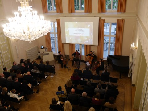 Das Foto zeigt den Blick von oben auf das Publikum und das Celloquartett im Festsaal des Rektorats der TU Dresden anlässlich der Feierlichen Eröffnung des Centrums Frankreich   Frankophonie an der TU Dresden am 16. Mai 2019.