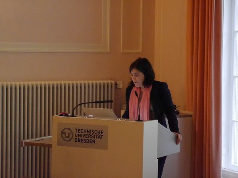 Das Foto zeigt Frau Prof. Dr. Bénédicte Savoy am Rednerpult im Festsaal des Rektorats der TU Dresden anlässlich der Feierlichen Eröffnung des Centrums Frankreich   Frankophonie an der TU Dresden am 16. Mai 2019.
