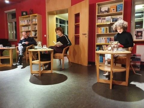 Das Foto zeigt die Autorin Julia Deck, Dr. Torsten König und Maria Flügel in der Villa Augustin in Dresden anlässlich der Lesung am 29.10.2020.