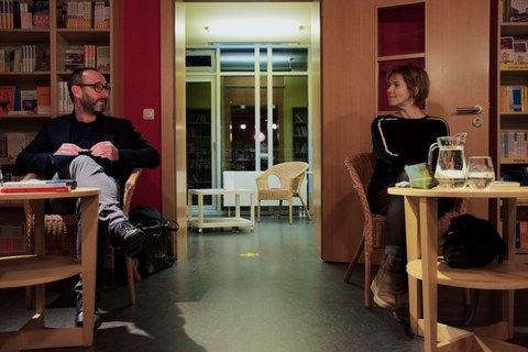 Das Foto zeigt die Autorin Julia Deck im Gespräch mit Dr. Torsten König in der Villa Augustin in Dresden anlässlich der Lesung am 29.10.2020.