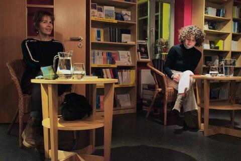 Das Foto zeigt die Autorin Julia Deck und Maria Flügel in der Villa Augustin in Dresden anlässlich der Lesung am 29.10.2020.