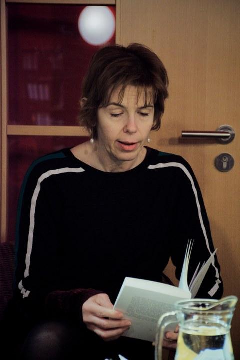 Das Foto zeigt die Autorin Julia Deck bei ihrer Lesung in der Villa Augustin in Dresden am 29.10.2020.