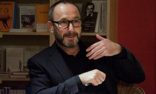 Das Foto zeigt Dr. Torsten König in der Villa Augustin in Dresden anlässlich der Lesung von der Autorin Julia Deck am 29.10.2020.