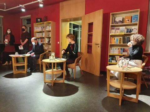 Das Foto zeigt die Autorin Julia Deck, Dr. Torsten König, Maria Flügel und Mitarbeiter:innen der Villa Augustin in Dresden kurz vor der Lesung am 29.10.2020.